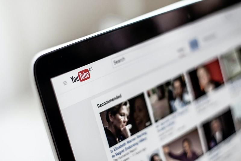 Jak dać wirtualnej asystentce dostęp do kanału na YouTube?